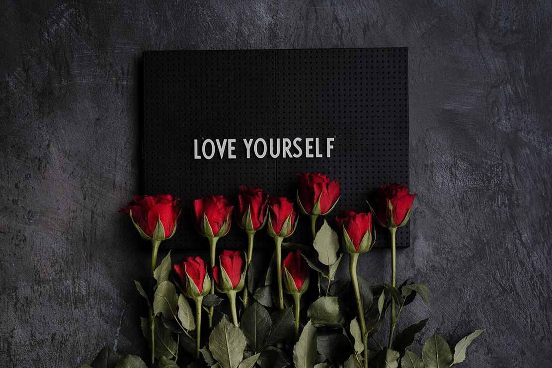 rose rosse con scritta